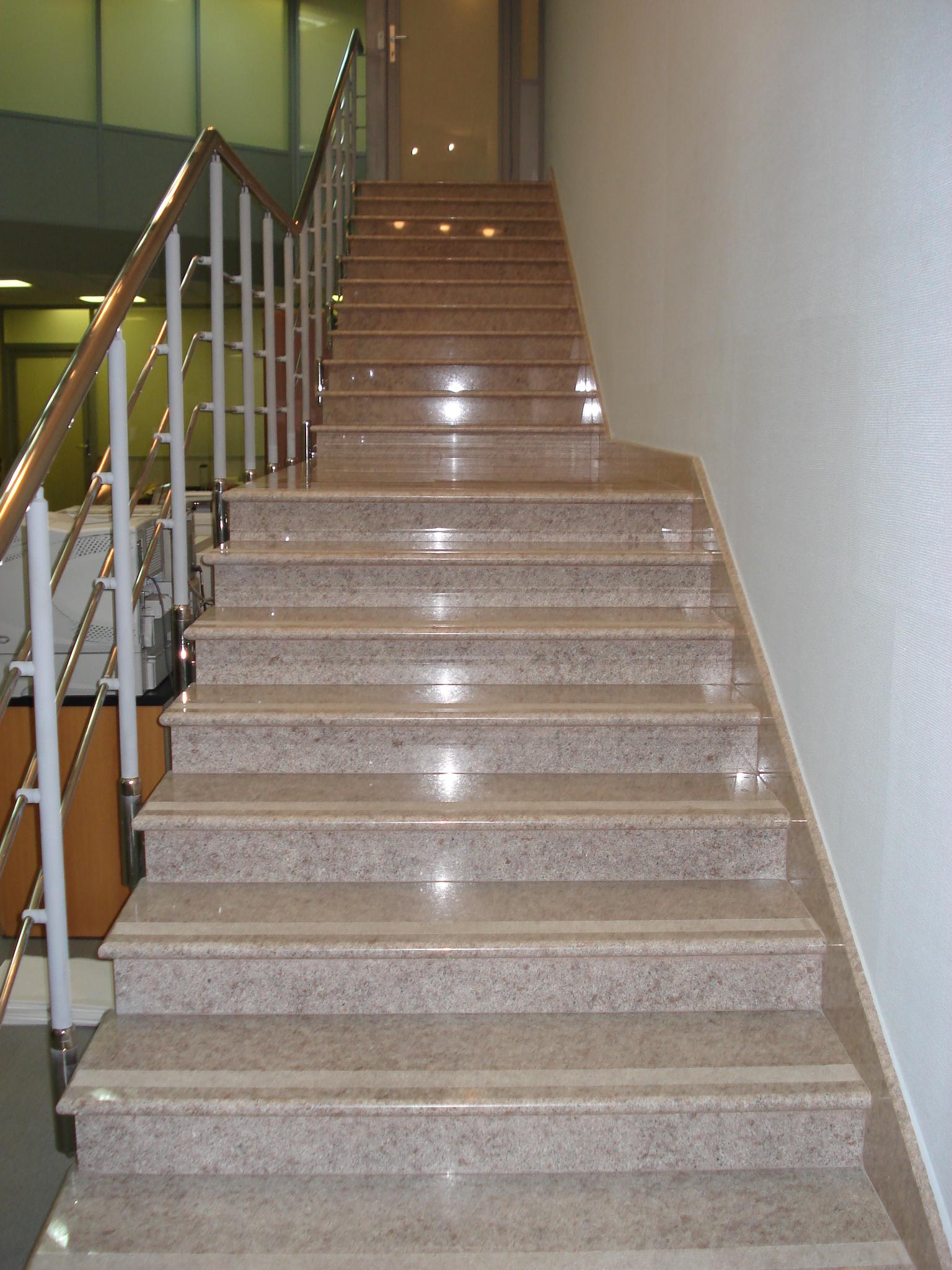 Лестница в офисе из цельного камня