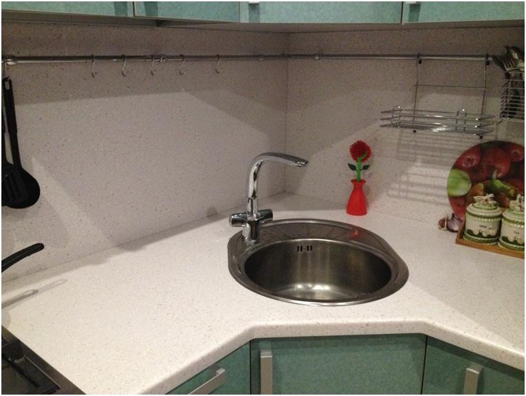 Кухонная столешница, переходящая в подоконник со стеновой панелью