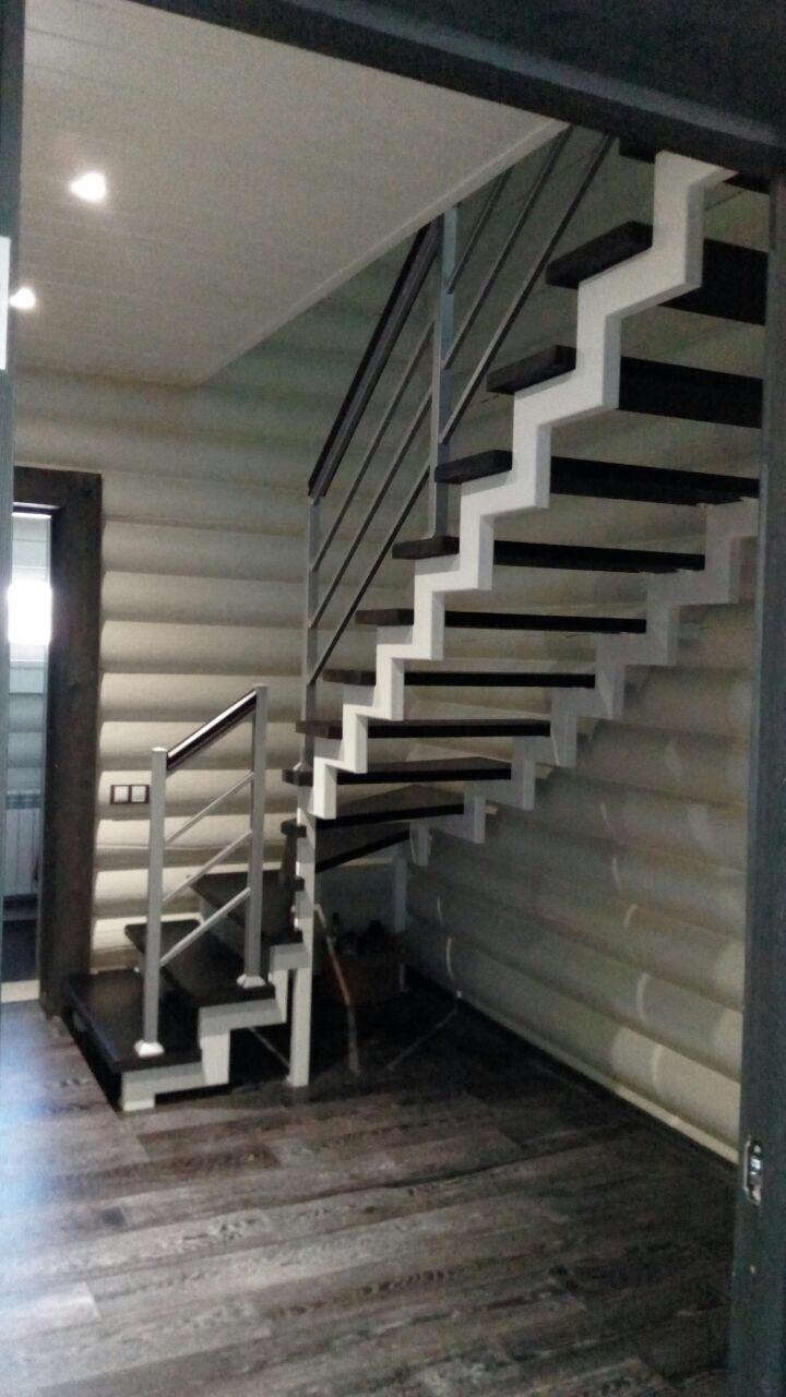Лестница на металлокаркасе со ступенями из камня