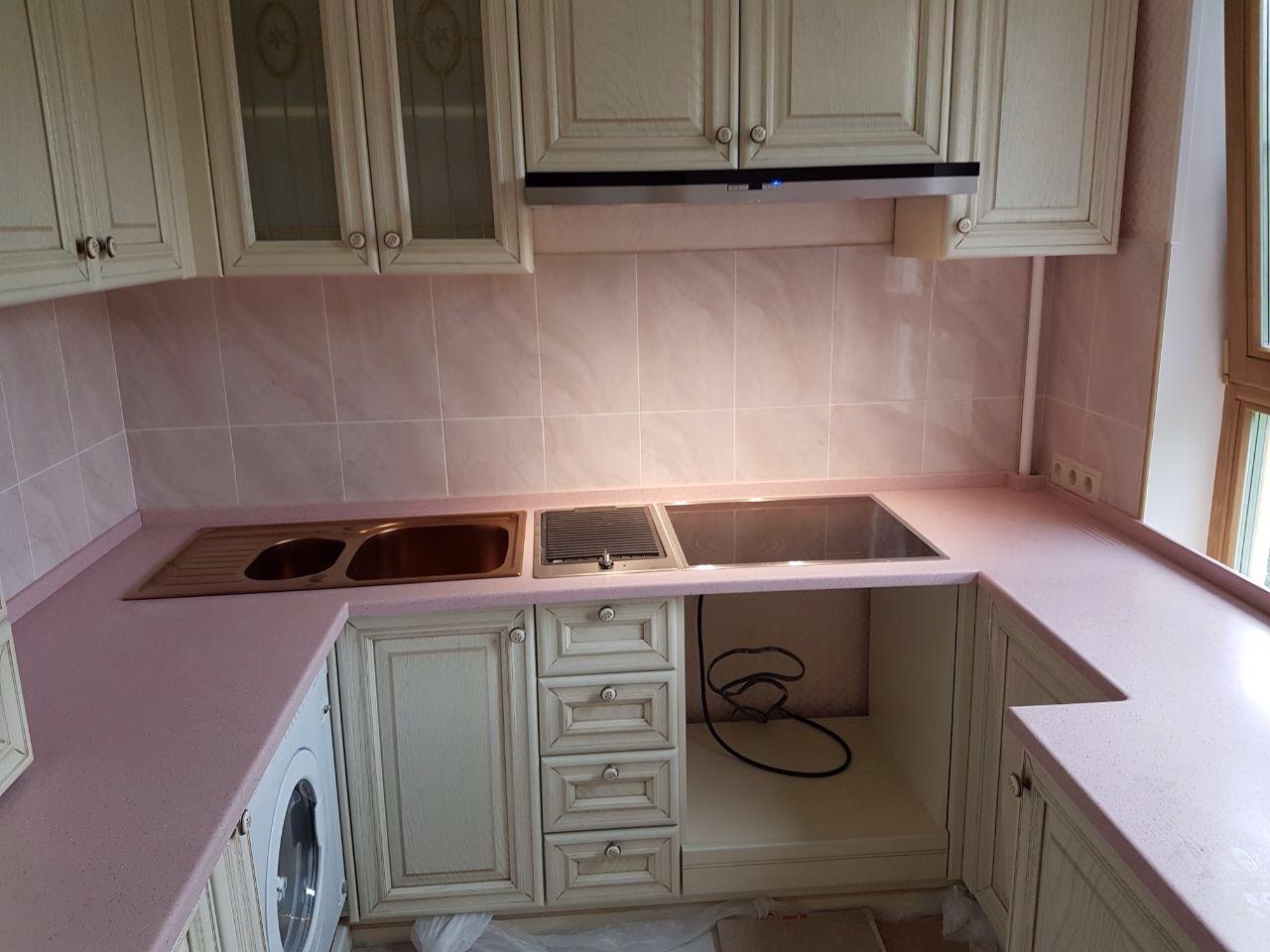 Столешница в розовом цвете на кухне
