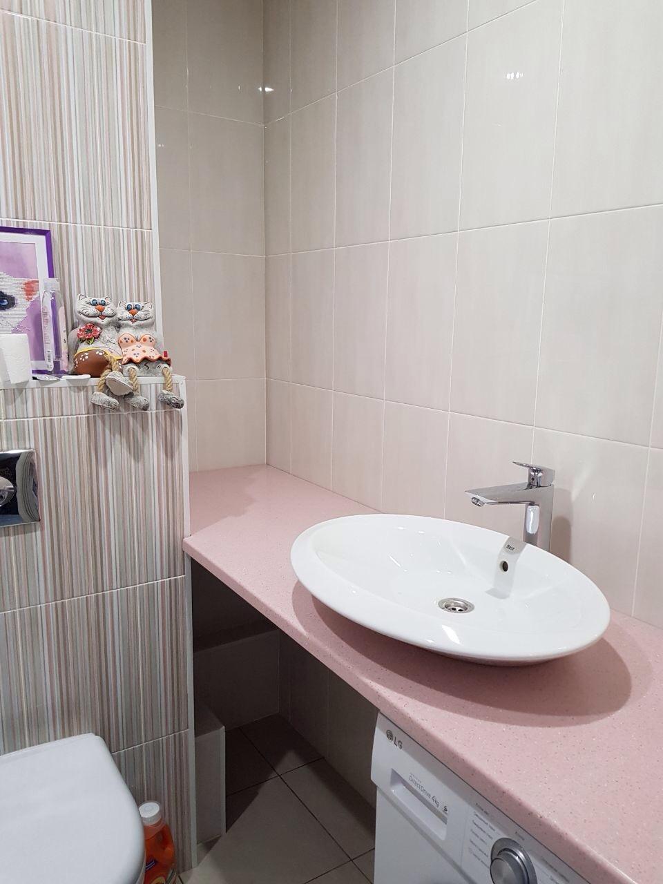 Розовая столешница для ванной комнаты