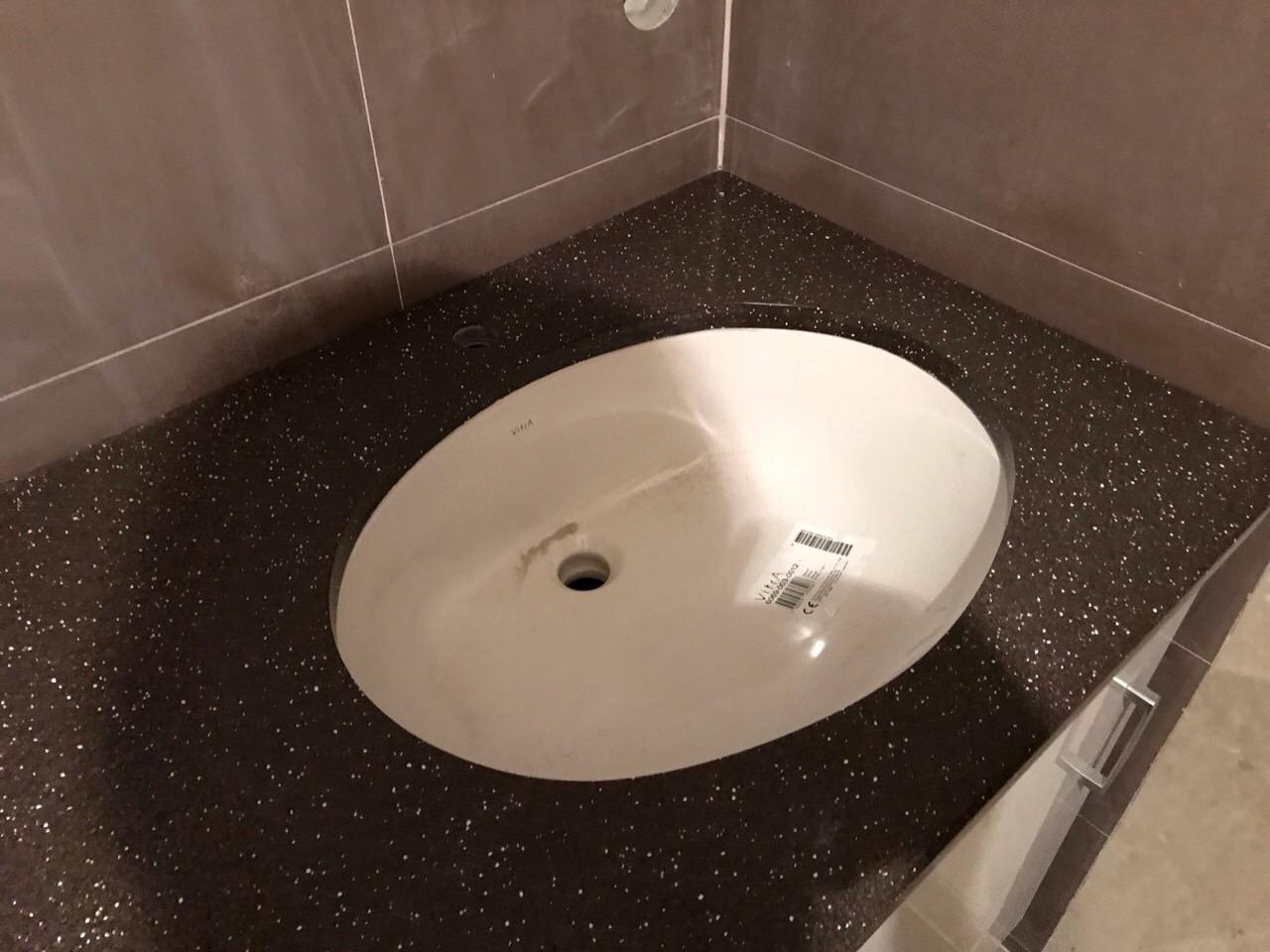 Столешница в ванную коричневого цвета