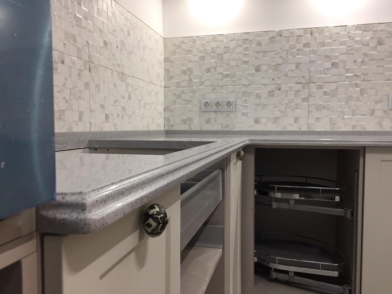 Г-образная столешница на кухню из искусственного камня